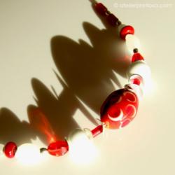 Ketting met rood-wit glas 4